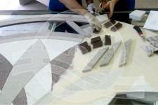 процесс сборки мраморного панно